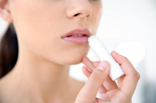 Jak zamaskować opryszczkę i nałożyć na nią makijaż?